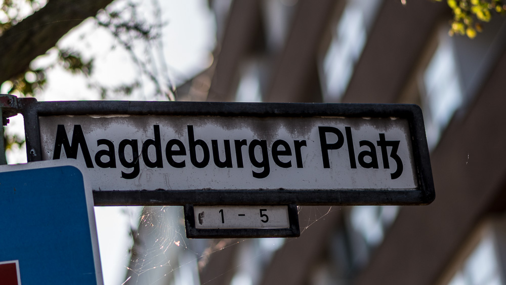 magdeburger-platz-00-strassenschild